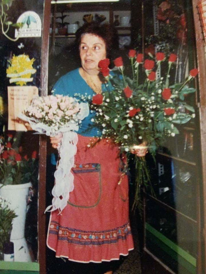 Nonna Anna con le sue rose rosse